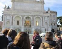 Al fontanone dell'acqua Paola, Antonella Prudenzi spiega alla classe l'acquedotto Traiano