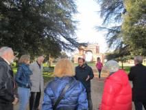 """Roberto Calabria sul viale """"glorioso"""" ricorda i caduti e il ferimento mortale di Mameli. Sullo sfondo l'Arco dei Quattro Venti costruito nel 1856-59 sui ruderi di Villa Corsini"""