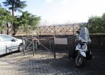 In lontananza la lapide oggi protetta dalle auto in sosta: nei dintorni erano le ossa dei caduti