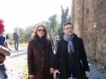 Dario Luciani e Graziella Maiuri davanti alla piazzola in attesa dello sparo del cannone