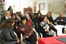 I primi partecipanti alla riunione discutono in attesa dell'orario di inizio