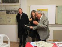 Giuseppe Garibaldi e Mara Minasi osservano i premi e si complimentano con Enrico Luciani per la qualità dell'attestato