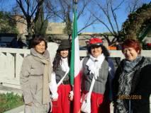 La nostra bibliotecaria Giovanna De Luca, a sinistra, e Stefania Cassia, a destra, salutano le ragazze garibaldine del Matese
