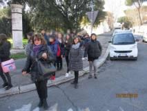 Arriva al fontanone la classe II A con in testa Daniela Donghia seguita dalle proff. Antonietta Senesi e Simona Cappelli
