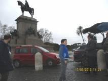 Sergio Garibaldi spiega il monumento di Garibaldi tra l'ammirazione del pubblico e dei liceali presenti