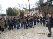 ano da Piazzale Garibaldi altri visitatori a fine giornata. Roberto Calabria spiega il monumento