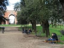 Le ragazze della classe II G in attesa: sullo sfondo l'Arco dei Quattro Venti costruito sui ruderi di Villa Corsini