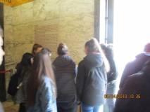 """La classe II G lascia una dedica all'interno della cripta del Mausoleo Ossario """"AI CADUTI PER ROMA"""""""