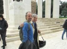 Il prof. Vincenzo Arte con Enrico Luciani al Mausoleo