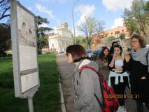 Miriam spiega il Mausoleo leggendo il nostro pannello illustrativo