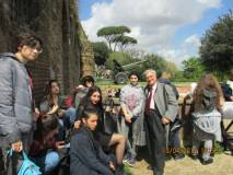 Si arriva in tempo per lo sparo del cannone che Luciani spiega ad alcune alunne