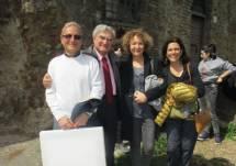 Massimo Capoccetti, Enrico Luciani, Marisa Tulli e Rosa Traversi, tutti contenti, si salutano al cannone