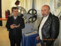 Alessandro Filippi mostra al prof. Filippo Lovison la macchina da ripresa