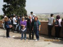 Enrico Luciani saluta le prof.sse Fiammetta Sigismondi (sulla sinistra) e Sabina Cavina