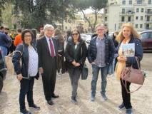 Arriva anche Enrico Luciani per salutare le classi del Keplero: foto ricordo con Mariapaola e Noemi e con i proff. Roberta Servi e Saverio Attrotto