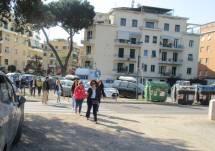 La classe arriva all'appuntamento dalla Stazione Viale Quattro Venti: in testa la prof. Marina Muscatello