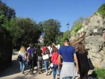 Sul viale dei combattimenti si procede verso l'Arco dei Quattro Venti, ricostruito sui ruderi di Villa Corsini