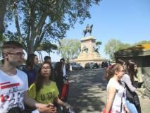 Il gruppo arriva a Piazzale Garibaldi e passa sotto il monumento di Garibaldi