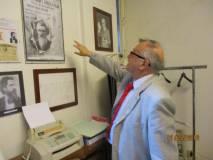 Giovanni Cipriani, procugino-parente del grande Amilcare, ammira i nostri cimeli e ricordi nella nostra saletta politica