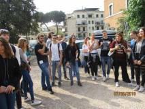 Le classi sostano sul piazzale all'ingresso della Villa: ricevono il dépliant e l'immagine dei luoghi del 1849 dal dipinto di Leone Paladini