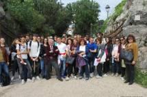 Foto di gruppo: sullo sfondo l'Arco dei Quattro Venti, ricostruito (arch. Busiri Vici) sui ruderi di Villa Corsini