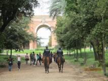 La Polizia a cavallo incalza…