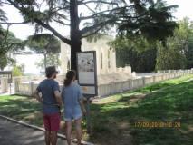 l nostro pannello al Mausoleo è sempre letto dai passanti. Ma c'è pure chi è contro e sporca ..!