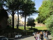 Si entra al Parco Gianicolense: sulla sinistra Villa Aurelia, già Villa Savorelli quartier generale di Garibaldi nel 1849