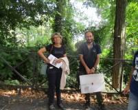 La prof. Laura Toscano in foto con Roberto Calabria che viene salutato affettuosamente dal gruppo