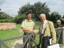 Enrico Luciani, salutato da un artigliere in servizio a Bracciano, ricorda – spiegando la barra dell'88/23- i suoi trascorsi da militare di leva, capo-pezzo d'artiglieria a Bracciano