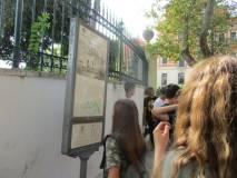 L'altra alunna Elisa legge il pannello a Villa Spada