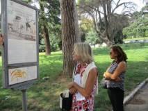 La prof.ssa Graziella Farenza legge il pannello davanti al Mausoleo I CADUTI PER ROMA