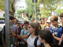Emma legge il pannello su Villa Spada difesa dai bersaglieri lombardi
