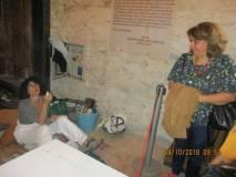 I gruppi entrano al Mausoleo: Daniela Donghia parla con la restauratrice del mosaico in oro zecchino