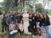 I giovani vogliono la foto al busto di Luciano Manara