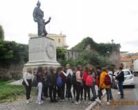 Foto ricordo per la IV A al monumento di Ciceruacchio
