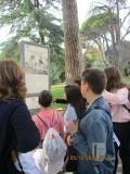 Una ragazza legge il pannello riguardante il Mausoleo Ossario AI CADUTI PER ROMA 1849-1870