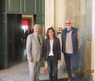 Luciani Enrico e Claudio Bove salutano affettuosamente l'ing. Elena D'Effremo all'ingresso della Protomoteca