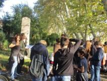 Noemi spiega il Parco e la prof. Ragusa scopre che nella stele dell'Università di Padova c'è Luciano MANARA