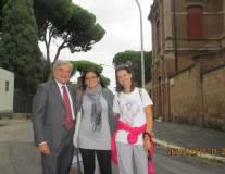 Davanti alla casina Malvasia o Merluzzo Enrico Luciani con le prof.sse Martina Di Napoli e Laura Zappulli