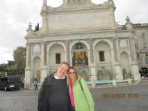 I proff Francesco Jannilli e Ada Musci davanti al Fontanone dell'Acqua Paola o Traiana, e non Alsietina, come erroneamente scritto nella epigrafe
