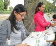La prof.ssa Martina Di Napoli, mentre ascolta l'alunna Maria Sole che legge il cartello, osserva compiaciuta il nostro dépliant: sulla destra la prof. Laura Zappulli