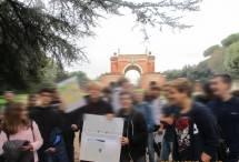 All'Arco dei Quattro Venti, costruito sui ruderi di Villa Corsini, l'alunno Francesco si improvvisa accompagnatore storico