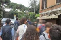 La prof.ssa Antonella Petrelli tra i suoi alunni, pronti a dirigersi verso l'ottavo bastione