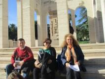 Il prof. Paolo Grillotti con la prof.ssa Vincenza Maucieri insieme alla nostra Noemi Grimaldi in sosta al Mausoleo Ossario AI CADUTI PER ROMA