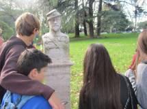 """Si arriva al parco gianicolense: i ragazzi osservano il busto di Angelo Masina, capo della cavalleria """"I Lancieri della Morte"""""""