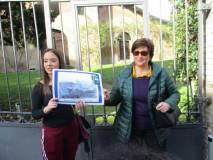 La prof.ssa Maria Toscano soddisfatta della lettura della sua alunna. L'immagine è autorizzata