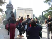 L'arrivo del gruppo al Mausoleo Ossario, sulla destra Stefano Raimondi attento ai ragazzi
