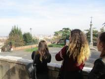 Alcune ragazze osservano il panorama di Roma dall'ingresso della chiesa di San Pietro in Montorio