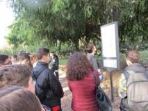 Un giovane legge il nostro cartello sulla storia di Anita, amata moglie di Giuseppe Garibaldi